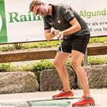 Piegamento delle gambe giocatore di golf su pista