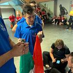 Ryan Giroldini con la bandiera italiana prima della premiazione Europei Junior Liepaja 2019
